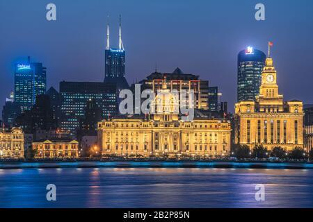 Shanghai, CHINE, 30 OCTOBRE : vue nocturne Sur Les bâtiments historiques du bord de mer de Bund le long de la rivière Pearl le 30 octobre 2019 à Shanghai Banque D'Images