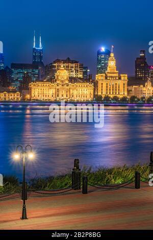 Shanghai, CHINE, 30 OCTOBRE : vue nocturne des bâtiments de la ville de Bund le long de la rivière Pearl le 30 octobre 2019 à Shanghai Banque D'Images