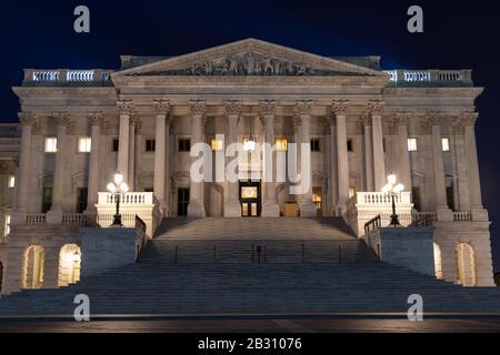 Entrée à la chambre du Sénat américain au Capitole américain vue la nuit.