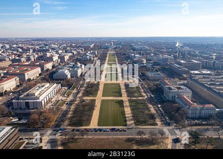 Vue depuis le sommet du Washington Monument en regardant le National Mall vers le Capitole américain.