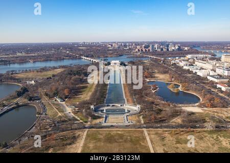 Vue depuis le sommet du Washington Monument en regardant le National Mall vers le Lincoln Memorial. Banque D'Images
