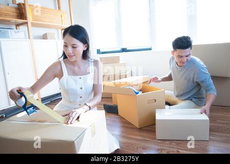 démarrer propriétaire de petites entreprises sur le lieu de travail. freelance homme asiatique et femme asiatique vendeur vérifier la commande de produit, emballage des marchandises pour la livraison au client. Onl