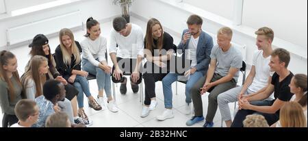 grand groupe de jeunes divers assis dans un cercle