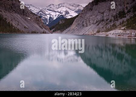 Lac coloré avec forêt printanière et réflexions dans les Rocheuses canadiennes. Lacs Grassi près de Canmore dans les montagnes Rocheuses. Alberta. Canada.