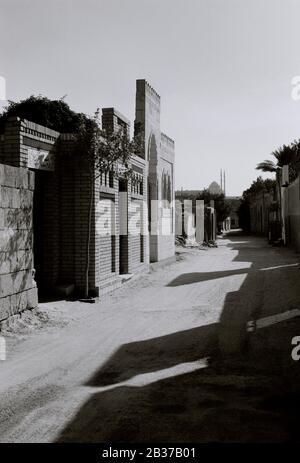 Photographie de voyage - rue dans la ville des morts le Qarafa avec la Citadelle en arrière-plan dans le Caire islamique historique en Egypte en Afrique du Nord Banque D'Images