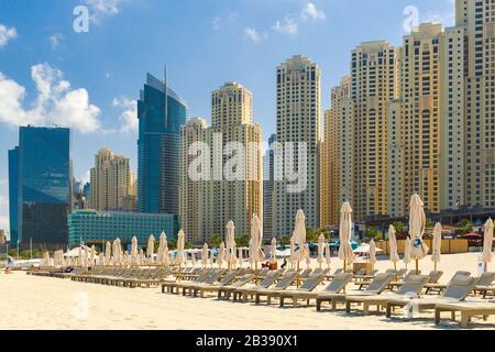 Eau, DUBAÏ - 5 mars 2019 Plage et gratte-ciels à la plage de Jumeirah dans le port de plaisance et les chaises longues de Dubaï Banque D'Images