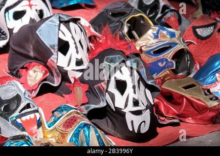 Sélection de masques de lutte mexicaine en offre à vendre sur le terrain sur le marché de la ville Banque D'Images