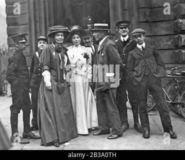 CHRISTABEL PANKHURST (1880-1958) en blanc avec l'Emmeline Pethick-Lawrence et son mari devant la Cour de justice de la rue Bow pendant le procès Rush, 14 octobre 1908. Elle a été condamnée l'année suivante.