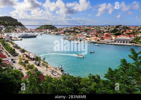 Vue surélevée sur le joli port et la ville de Gustavia et sur la mer, Gustavia, Saint-Barthélemy (St. Barts) (St. Barth), Antilles, Caraïbes, Centre Banque D'Images