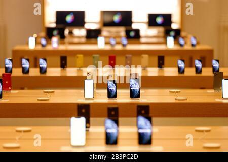 Afficher dans l'Apple Store dans le centre photographié à travers la fenêtre du magasin. Amsterdam, le 4 mars 2020   utilisation dans le monde entier Banque D'Images