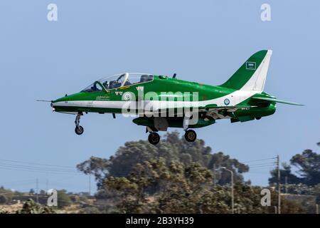 Saudi Arabian Air Force British Aerospace Hawks affiche l'équipe arrivant à Malte pour 3 heures d'arrêt technique.
