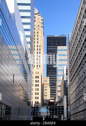 Vue verticale sur une allée entourée de gratte-ciel dans le centre-ville d'Oklahoma City. Banque D'Images