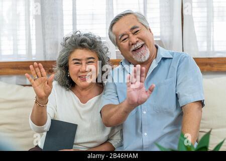 Couple asiatique Grand-parent salutation et parler avec Grandfille avec plaisir par téléphone vidéo par téléphone mobile en interne, long live et Elder