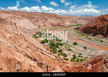 Paysage désertique d'Atacama vu du site archéologique de Pukará de Quitor près de San Pedro de Atacama dans le nord du Chili.