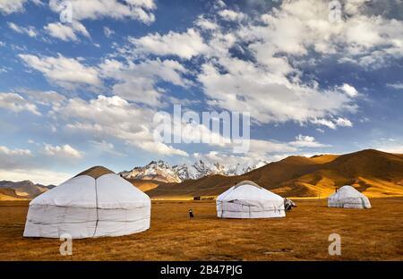 Maisons à Camp nomade yourte vallée de montagne d'Asie centrale Banque D'Images