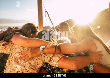Le concept de travail d'équipe et d'amitié pour les gens en plein air embrassant tous ensemble avec l'amour et les amis style de vie - le bonheur et la relation avec le groupe de femmes ayant le plaisir - vue sur l'océan Banque D'Images