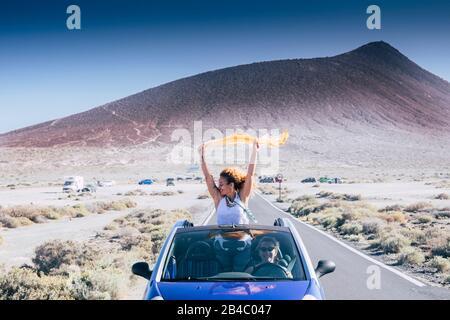 Concept de liberté et de voyage pour les femmes caucasiennes indépendantes adultes, ainsi que pour les voitures convertibles - les personnes voyageant et profitant de l'amitié de cravate - concept de conduite et de route