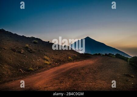 Paysage panoramique avec homme debout devant la montagne - voyage et aventure concept d'expédition - les gens explorant la beauté et la nature du monde - activité de loisirs en plein air Banque D'Images