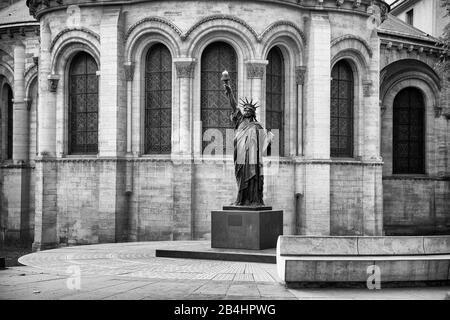 Un modèle en bronze de la Statue de la liberté devant le Musée des Arts et métiers, Paris, France, Europe Banque D'Images