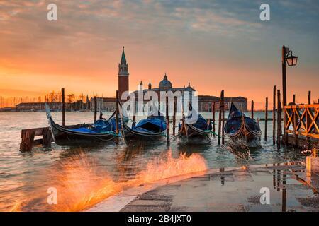 Gondoles sur le Grand Canal au lever du soleil à Venise, Italie