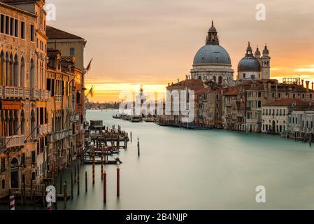 Vue depuis le pont de l'Accademia jusqu'à la basilique Santa Maria della Salute, Grand Canal, Venise, Italie