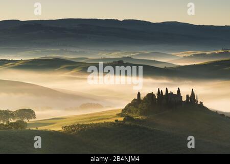 Val d'Orcia, Toscane, Italie, humeur du matin au lever du soleil, vue sur la maison de campagne Belvedere près de San Quirico d'Orcia Banque D'Images