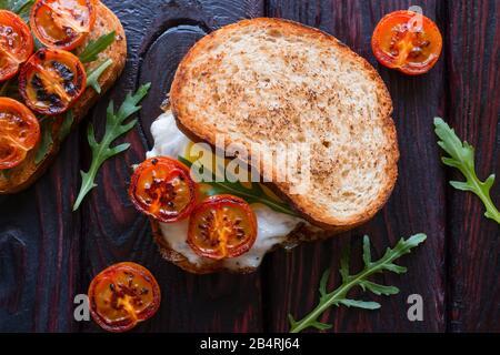 sandwich avec œufs frits et tomates cerises frites et pain Banque D'Images