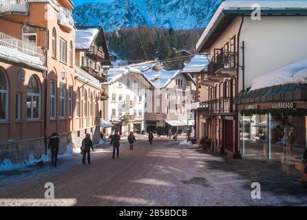 Cortina d Ampezzo, Italie - 9 février 2019: Corso Italia zone piétonne et rue principale dans le centre de Cortina d Ampezzo, une Station De ski Célèbre dans Banque D'Images