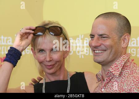 """Venise, 03/09/2006. 63ème Festival Du Film De Venise. Trudie Styler et Dito Montiel assistent à la photo pour le film """"un guide pour Reconnaître vos Saints"""""""