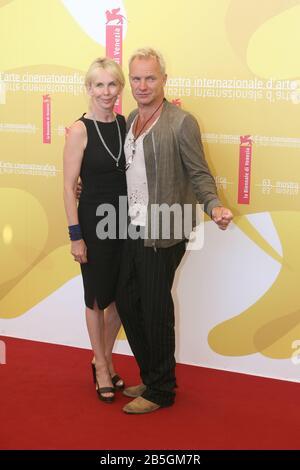 """Venise, 03/09/2006. 63ème Festival Du Film De Venise. Trudie Styler et Sting assister à la photocall pour le film """"UN guide pour Reconnaître vos Saints"""" directe"""