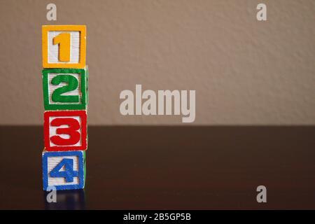 Pile de blocs de jouets en bois de couleur alphabet sur l'arrière-plan Banque D'Images