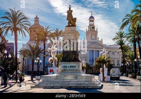 Cadix / Espagne - 22 décembre 1014: Vue sur la Plaza de San Juan de Dios avec la statue de Cadix politicien Segismundo Moret et la vieille mairie.