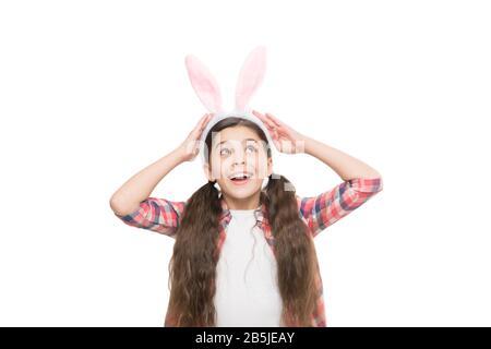 Bonnes vibes. Adorable lapin. Petite fille enfant dans le style lapin de pâques. Accessoire de mode pour fête de costume de pâques. Jolie petite fille portant des oreilles de lapin bandeau. Joli motif lapin de pâques. Banque D'Images