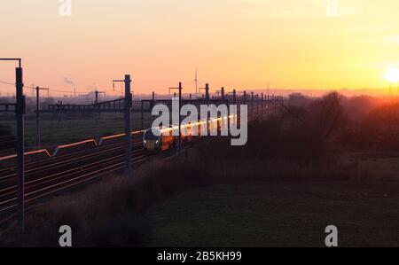Classe ferroviaire Great Western Hitachi classe 800 en passant par CoedkerNew sur la South Wales ligne principale glinting au soleil couchant Banque D'Images