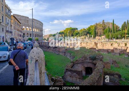 Vue sur la rue de Ludus Magnus Rules, Great Gladiatoral Training School, avec le Colisée romain en arrière-plan, Rome, Italie. Banque D'Images