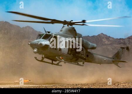 Un corps de marine américain UH-1Y Venom affecté à l'Escadron des armes et tactiques de l'aviation marine 1 atterrit à Bull Attack Forward Arming et Ravitaillement point In