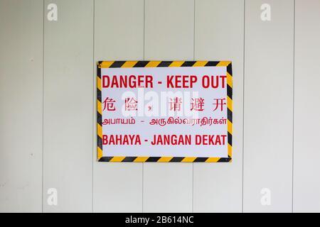 Sur le chantier, une pancarte indiquant « colère » dans quatre langues différentes à Singapour.
