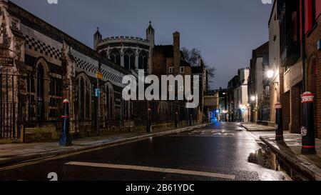 Londres, Angleterre, Royaume-Uni - 25 février 2020 : des maisons et des bureaux traditionnels bordent la rue historique Cloth Fair à côté de l'église du Prieuré de St Bartholomew Banque D'Images