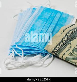 Masques chirurgicaux antiviraux et argent. Bénéfices élevés de la demande croissante de protection contre les infections virales. Banque D'Images