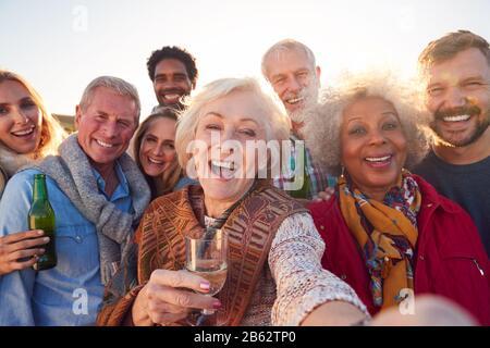 Famille Adulte De Plusieurs Générations Prenant Selfie À La Fête De La Fête De Plein Air Banque D'Images