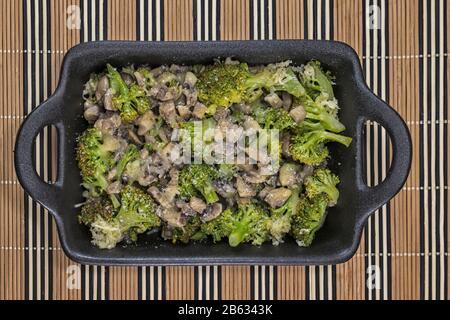 Champignons brocoli avec beurre et fromage Banque D'Images