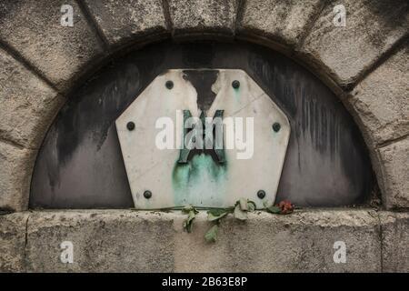 Tombe de l'architecte classicien français Auguste de Montferrand (1786-1858) au cimetière de Montmartre (Cimetière de Montmartre) à Paris, France. L'architecte qui a travaillé principalement en Russie est le plus connu pour la cathédrale Saint Isaac et la colonne Alexandre à Saint-Pétersbourg. La pierre tombale sur sa propre tombe a également été conçue par Auguste de Montferrand. Sa mère fut également enterrée ici en 1833. Banque D'Images