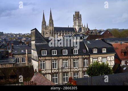 La cathédrale de Rouen, connue sous le nom de notre-Dame de l'Assomption de Rouen, est une église catholique romaine , la magnifique cathédrale gothique de Rouen a la plus haute flèche d'église de France et une richesse d'art, d'histoire et de queues de architecture