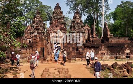 Cambodge, au nord d'Angkor, Cambodge. Banteay Srei (ou Banteay Srey, signifiant Citadelle des femmes) est un temple cambodgien du Xe siècle, construit en grande partie de grès rouge, et dédié au dieu hindou Shiva. Angkor était autrefois le siège de l'empire khmer, qui a prospéré d'environ le neuvième siècle au treizième siècle. Les ruines des temples d'Angkor sont un site classé au patrimoine mondial de l'UNESCO. Banque D'Images