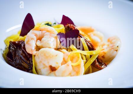 plat de pâtes italiennes à base de légumes frais, calmar, poulpe, coquillages et ail
