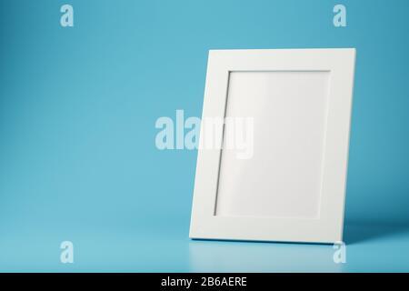 Cadre photo blanc et noir avec espace vide sur fond bleu. Concept minimaliste avec espace pour l'image et le texte.