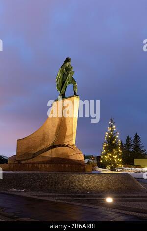 La Statue de l'explorateur Leif Erikson devant l'église Hallgrimskirkja, Reykjavik, islande Banque D'Images