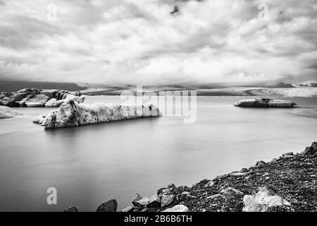 Lagon glacier de Jokulsarlon en Islande. Prise de vue longue exposition, noir et blanc, vintage Banque D'Images