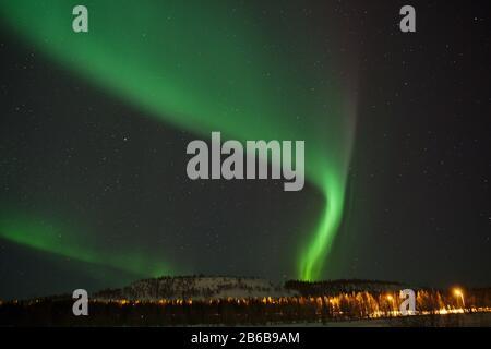 Magnifiques aurores boréales (aurores boréales) capturées à Luosto, Laponie, Finlande avec ciel clair et étoiles.