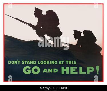 """Vintage 1914 WW1 affiche britannique de recrutement montrant deux soldats avec des bayonets fixes avançant de façon furtive sur une colline """"STAND de 'NT REGARDER CETTE Go and help' première Guerre mondiale Recrutement Propaganda Banque D'Images"""
